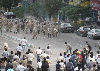 Iranian people resist governmental suppressive forces in Tehran